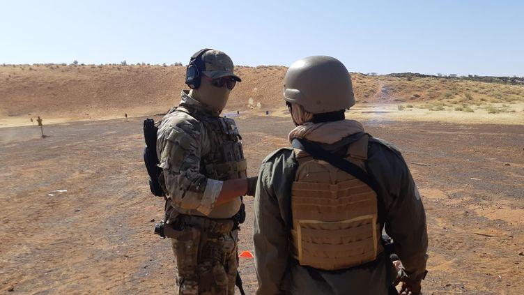 Un instructeur français des forces spéciales et un soldat malien sur un champ de tir près de base de Gao (Mali), octobre 2021 (FRANCK COGNARD / FRANCEINFO / RADIO FRANCE)