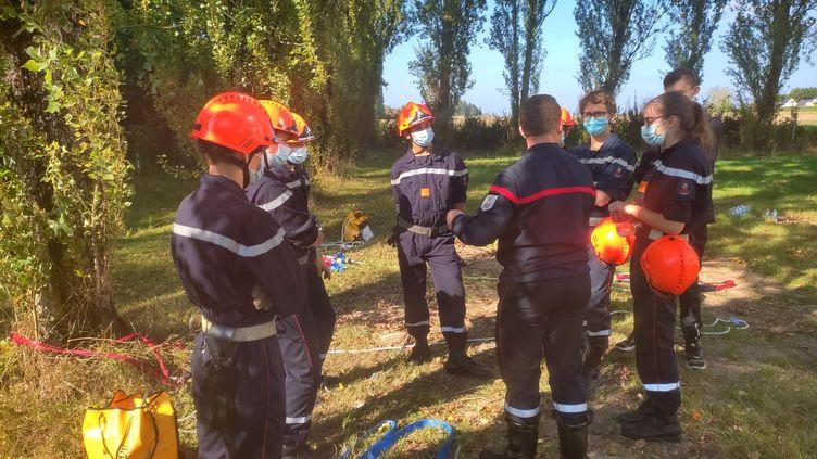 Les jeunes sapeurs-pompiers de la caserne Ouest-Agglo, dans l'Indre-et-Loire près de Tours, se préparent à un exercice de sauvetage. Fondettes, 9 octobre 2021. (THEO UHART / FRANCEINFO)