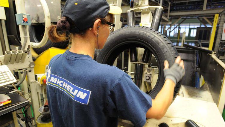 Une salariée de l'usine Michelin de Cholet (Maine-et-Loire), le 17 septembre 2009. (FRÉDÉRIC GIROU / PHOTOPQR / OUEST FRANCE / MAXPPP)