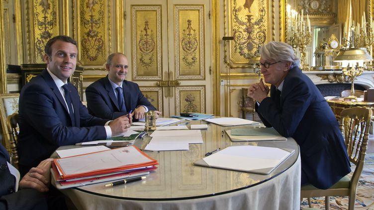 Emmanuel Macron reçoit Jean-Claude Mailly, le secrétaire général de Force ouvrière, le 23 mai 2017 à l'Elysée. (MICHEL EULER / AFP)