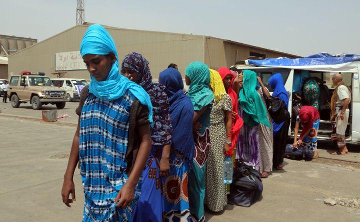 Dans le port yéménite de Hodeida, le 2 juin 2018, des migrants éthiopiens attendent d'embarquer sur un bateau qui les conduira à Djibouti, étape sur le retour au pays. (ABDO HYDER / AFP)