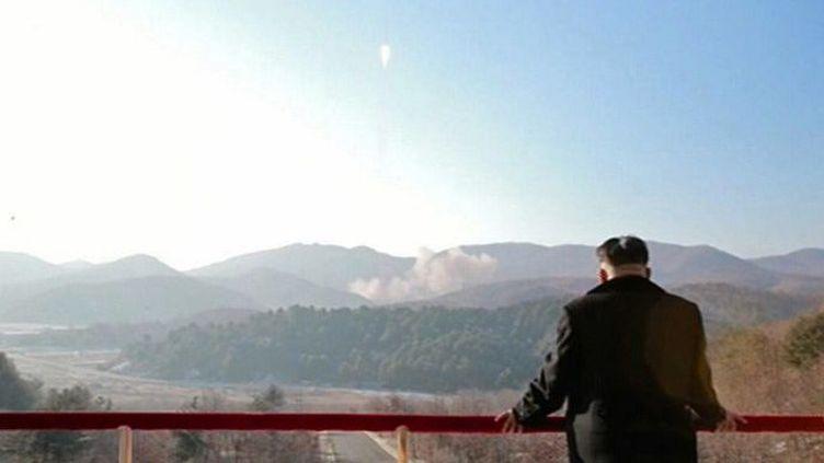 Photo prise sur la télévision nord-coréenne et publiée par l'agence sud-coréenne Yonhap, le 7 février 2016 montrant le dirigeant nord-coréen Kim Jong-Un observant le lancement du satelite d'observation de la Terre Kwanmgmyong 4. (YONHAP / NORTH KOREAN TV / AFP)