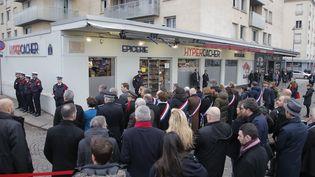 Une cérémonie d'hommages devant le supermarchéHyper Cacher, le 9 janvier 2015, à paris. (MICHEL EULER / AFP)