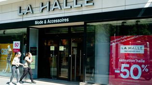 Une enseigne La Halle, à Paris, le 28 mai 2020. (EDOUARD RICHARD / HANS LUCAS / AFP)