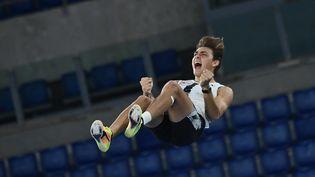Le Suédois Armand Duplantis, laisse exploser sa joie en ayant passé une barre à 6.15m en extérieur (ANDREAS SOLARO / AFP)
