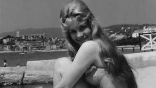 Une starlette pose sur la plage de Cannes  (INA)