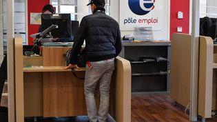 Un homme à un guichet de Pôle emploi à Montpellier (Hérault). (PASCAL GUYOT / AFP)