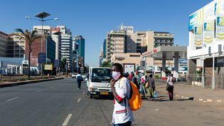 Un homme portant un masque dans lequartier central des affaires de Harare, au Zimbabwe, le 2 juin 2020. (JEKESAI NJIKIZANA / AFP)