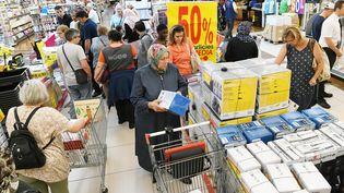 Des clients dans un supermarché, à Mulhouse (Haut-Rhin), pendant les soldes de juin 2018. (SEBASTIEN BOZON / AFP)