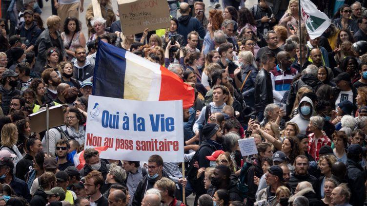 Des manifestants défilent contre le pass sanitaire à Paris, le 14 juillet 2021. (CARINE SCHMITT / HANS LUCAS / AFP)