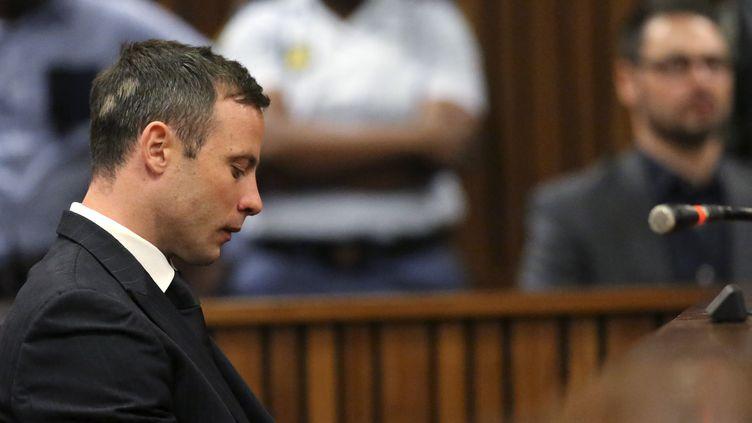 L'athlète Oscar Pistorius, pendant son procès, au tribunal de Pretoria (Afrique du Sud), le 21 octobre 2014. (THEMBA HADEBE / REUTERS)
