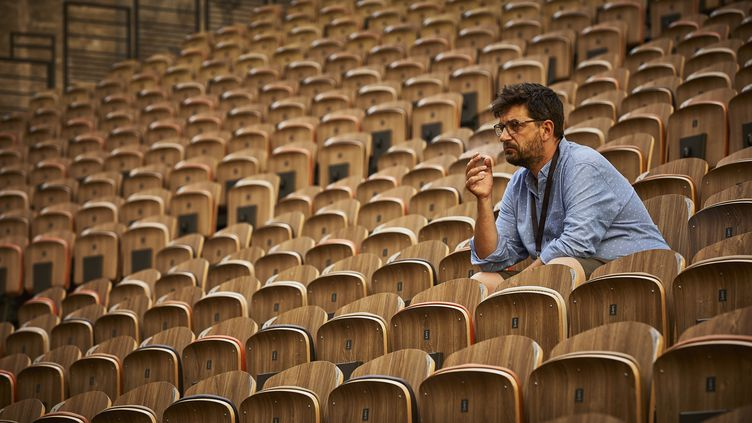 Tiago Rodriguesdans la Cour d'honneur du Palais des Papes, au 75e Festival d'Avignon (© PHOTO CHRISTOPHE RAYNAUD DE LAGE)