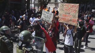 """Volte-face du président chilienSebastianPiñera.Alors qu'il parlait d'un pays """"en guerre"""" en début de semaine,ila finalement mis de l'eau dans son vin devant la contestation sociale qui a fait 15 morts dans le pays. (France 24)"""