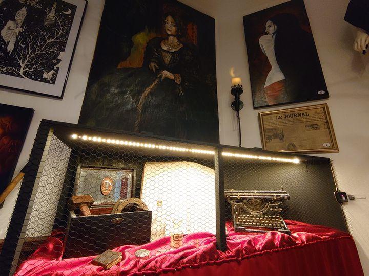 Un kit dechasseur de vampire et une machine à écrire qui aurait appartenu à Bram Stoker, rénovés par l'artiste Yeux Noirs. (YEUX NOIRS)