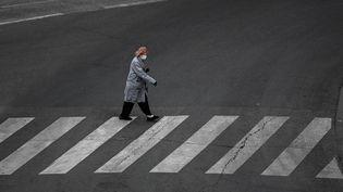 Dans les rues désertes de Paris, pendant le confinement, le 20 avril 2020. (PHILIPPE LOPEZ / AFP)
