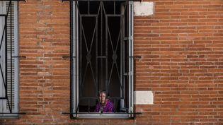 Une femme est confinée chez elle, à Toulouse (Haute-Garonne), le 10 avril 2020. (BEN ART CORE / HANS LUCAS / AFP)