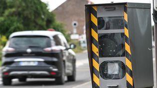 Une voiture passe devant un radar à Lens (Pas-de-Calais), le 27 juillet 2020. (DENIS CHARLET / AFP)