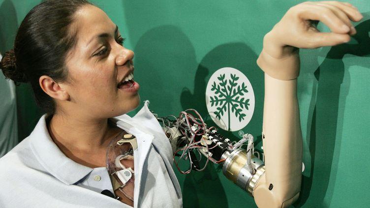 Claudia Mitchell montre la fonctionnalité de son bras bionique lors d'uen conférence le 14 septembre 2012 à Washington (WIN MCNAMEE / GETTY IMAGES NORTH AMERICA / AFP)