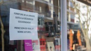 Une librairie fermée à Lorient, le 16 mars 2020, en raison du coronavirus. (MAUD DUPUY / HANS LUCAS / AFP)