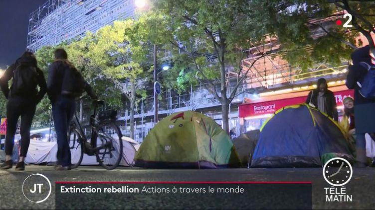 Des militants d'Extinction rebellion, en action à Paris. (France 2)