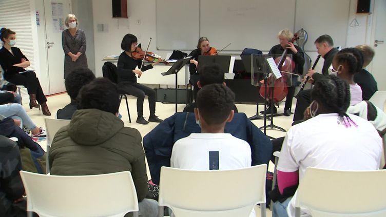 Les musiciens de l'opéra de Lorraine jouent devant des élèves dans un collège de Nancy (France 3 Lorraine)
