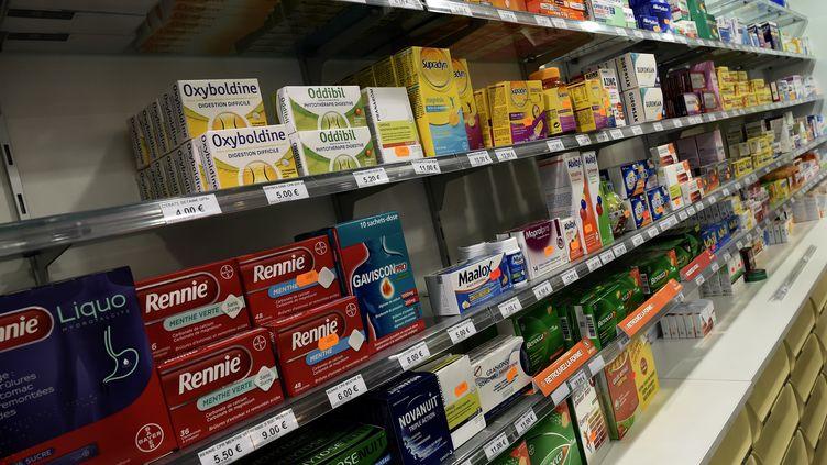 Un rayon rempli de médicaments dans une pharmacie, le 27 novembre 2017. (illustration) (STEPHANE DE SAKUTIN / AFP)