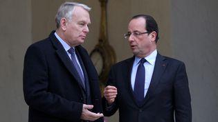 Le Premier ministre, Jean-Marc Ayrault, et le chef de l'Etat, François Hollande, sur le perron de l'Elysée, le 4 janvier 2013. (MAXPPP)