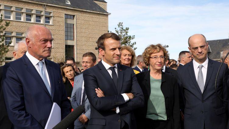 Emmanuel Macron (au centre), entouré d'Alain Rousset (président de la Nouvelle-Aquitaine, à g.), de la ministre du Travail, Muriel Pénicaud, et du ministre de l'Education Jean-Michel Blanquer (à dr). (LUDOVIC MARIN / POOL)