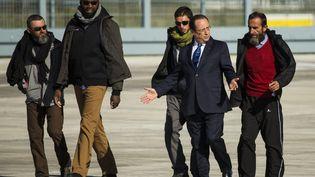 François Hollande entouré des quatre ex-otages du Niger, (de gauche à droite) Marc Ferret, Thierry Dol, Pierre Legrand et Daniel Larribe, le 30 octobre 2013 à Villacoublay. (  MAXPPP)