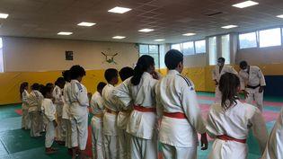 """Les judokas français """"me donnent envie de continuer, et encore plus de force"""", explique une des jeunes licenciés du club du CSL d'Aulnay-sous-Bois, en Seine-Saint-Denis. (MARGAUX QUEFFELEC / RADIO FRANCE)"""