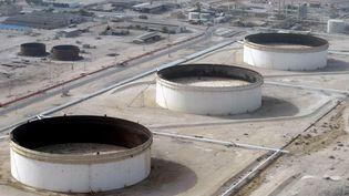 Une raffinerie de pétrole sur l'ile de Lavan, en Iran, en 2004. (BEHROUZ MEHRI / AFP)