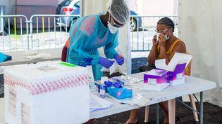 Une femme se soumet à un test de dépistage du coronavirus, à Goyave, en Guadeloupe, le 23 septembre 2020. (LARA  BALAIS / AFP)