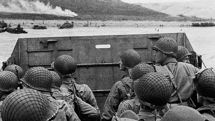 Des soldats américains, à bord d'une barge, s'apprêtant à débarquer sur une plage normande, le 6 juin 1944. (AFP / STF)