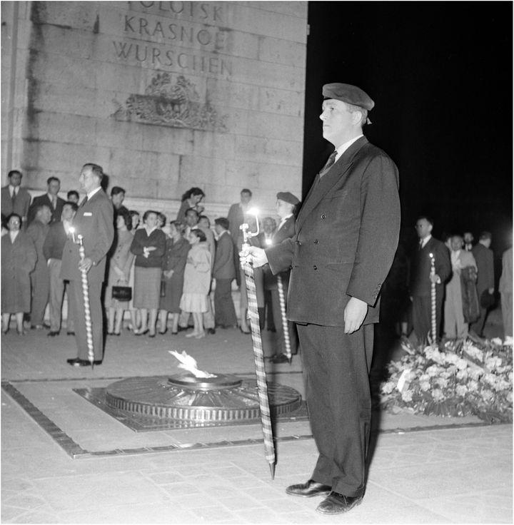 Jean-Marie Le Pen participe àla commémorationde la bataille de Dien Bien Phu, le 8 mai 1958, sous l'Arc de Triomphe, à Paris. (AFP)