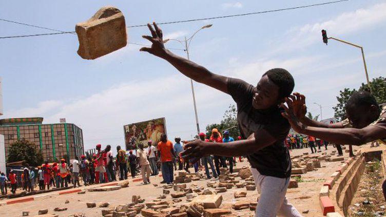 Des manifestants de l'opposition bloquent une artère de la capitale togolaise avec des briques et des pierres le 5 octobre 2017. (Photo AFP/Matteo Fraschini Koffi)
