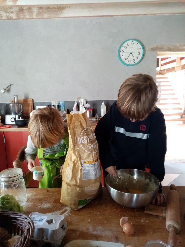 Les enfants de Marie préparent un gâteau au yaourt, dans leur maison de Gironde, le 20 mars 2020. (MARIE / FRANCEINFO)
