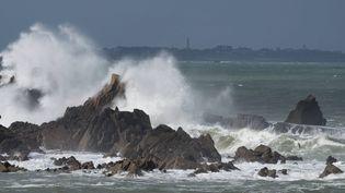 De hautes vagues s'abattent sur les rochers de Plouganou (Finistère), le 3 mars 2014, au passage de la tempête Christine. (MAXPPP)
