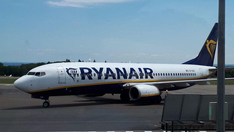 Un avion de la compagnie Ryanair sur le tarmac d'un aéroport. Photo d'illustration. (NATHALIE COL / RADIO FRANCE)