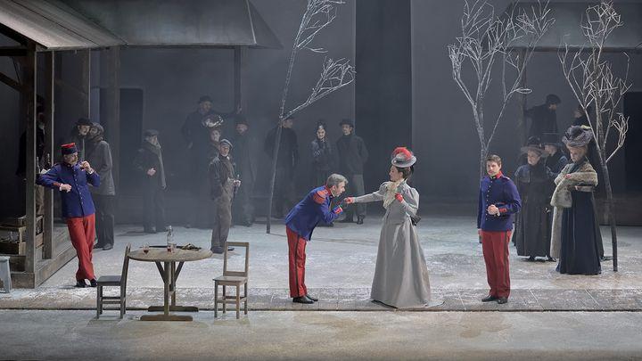 """""""Fortunio"""" à l'Opéra Comique :Thomas Dear (Lieutenant de Verbois), Jean-Sébastien Bou (Clavaroche), Anne-Catherine Gillet (Jacqueline), Pierre Derhet (Lieutenant d'Azincourt), Laurent Podalydès (comédien), chœur Les Eléments. (STEFAN BRION)"""