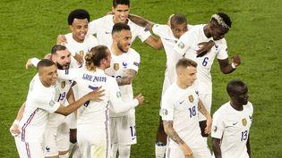 L'équipe de France célèbre le deuxième but de Benzema face au Portugal, le 23 juin à Budapest (DMITRIY GOLUBOVICH / ANADOLU AGENCY / AFP)