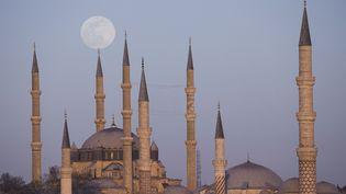 La Lune s'élève au-dessus des mosquées d'Edirne, en Turquie, le 7 avril 2020. (GOKHAN BALCI / ANADOLU AGENCY / AFP)