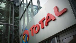 Entrée du siège du groupe Total, à Paris. (MARTIN BUREAU / AFP)