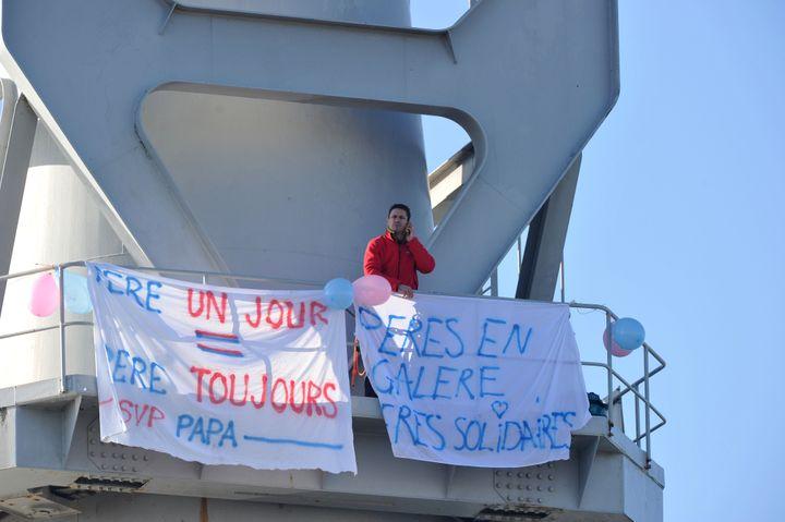 Nicolas Moreno a imité Serge Charnay en montant aussi sur une grue à Nantes, le 16 février 2013. (FRANK PERRY / AFP)