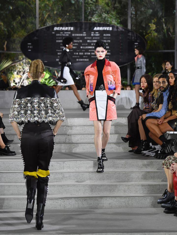Pour sa collection croisière, Louis Vuitton mise sur des jupes au-dessus du genou et un mélange de matières. (ANGELA WEISS / AFP)