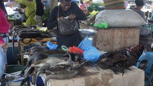 A Libreville, la capitale du Gabon, les carcasses de pangolins étaient encore mises en avant par les vendeurs le 7 mars 2020. (STEEVE JORDAN / AFP)