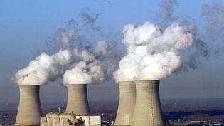 Vue d'hélicoptère prise le 09 décembre 2003 de la centrale nucléaire de Dampierre-en-Burly dans le Loiret. (ANDRE DURAND / AFP)