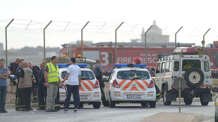 Les services d'urgence sur le site du crash d'un petit avion, à l'aéroport international de Malte, le 24 octobre 2016. (MATTHEW MIRABELLI / AFP)