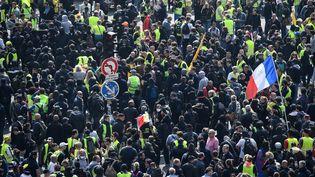 """Des manifestants, """"black blocs"""" et """"gilets jaunes"""" étaient réunis devant la gare Montparnasse avant le départ du cortège syndical à Paris, le 1er mai 2019. Plus de 7 400 policiers et gendarmes étaient déployés à Paris pour encadrer les manifestations. (MARTIN BUREAU / AFP)"""