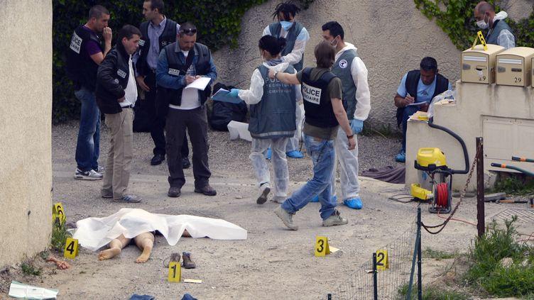 La police étudie la scène de la fusillade dans un quartier pavillonnaire d'Istres dans les Bouches-du-Rhône, le 25 avril 2013. (GERARD JULIEN / AFP)