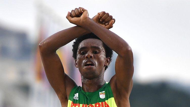 L'EthiopienFeyisa Lilesa, à l'arrivée du marathon, le 21 août 2016 à Rio de Janeiro. (OLIVIER MORIN / AFP)